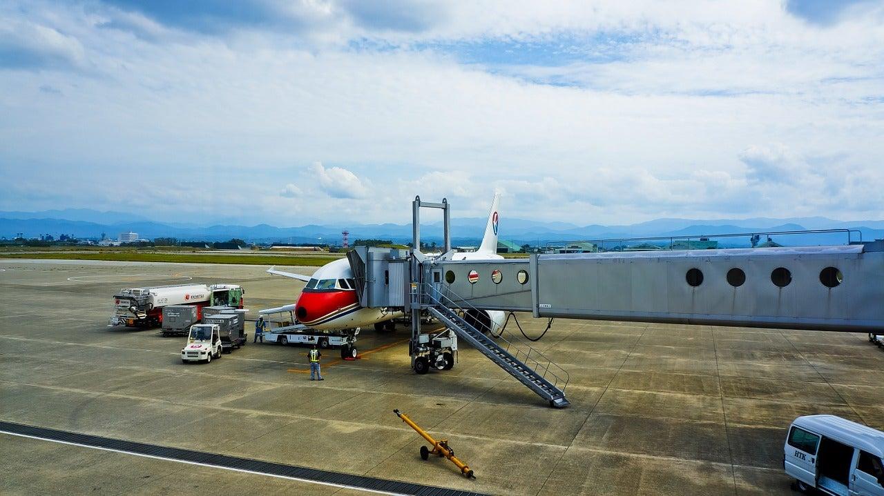 Avión que hace vuelos económicos en el aeropuerto
