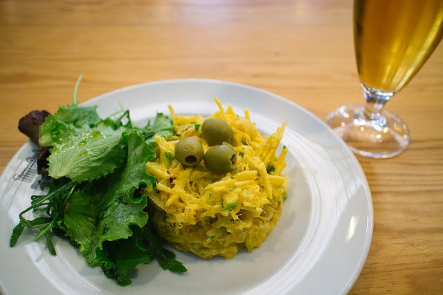 Comer bacalhau à Brás, una de las cosas que hacer en Lisboa