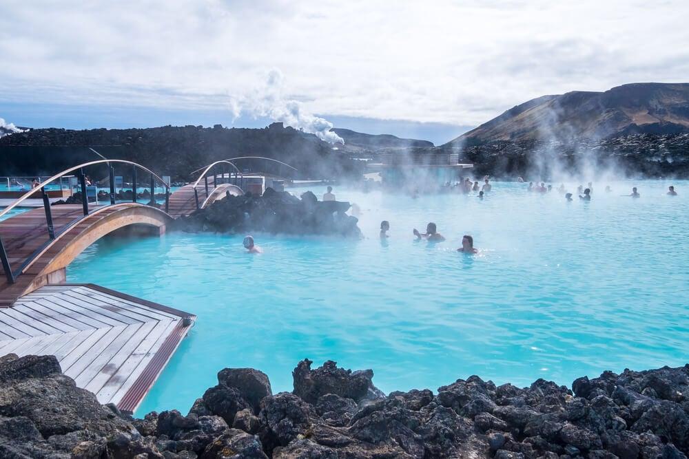 Piscina en la Laguna Azul, las aguas termales de Islandia más famosas