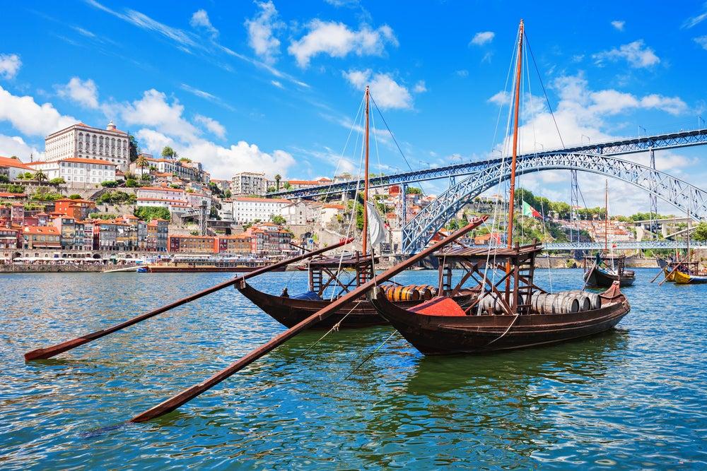 Barcos típicos en el Duero en Oporto