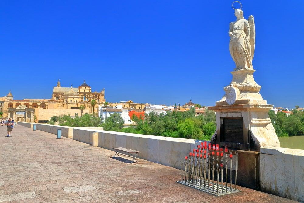 Escultura del Arcángel San Rafael en el puente romano de Córdoba