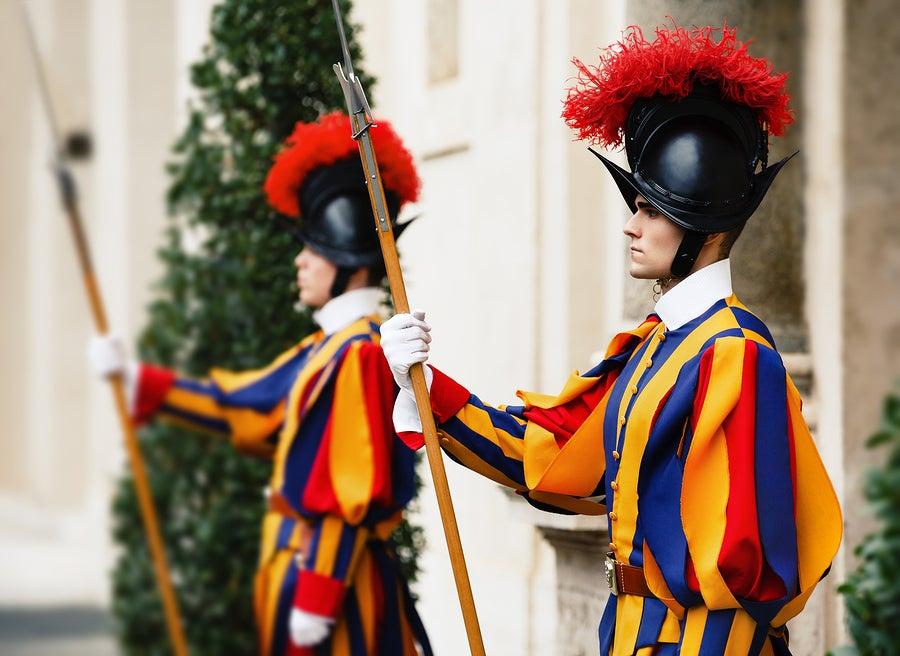 La guardia suiza que protege la Ciudad del Vaticano.