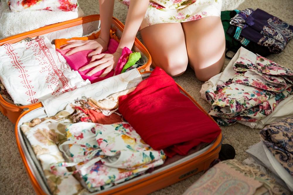 Mujer que va a hacer la maleta