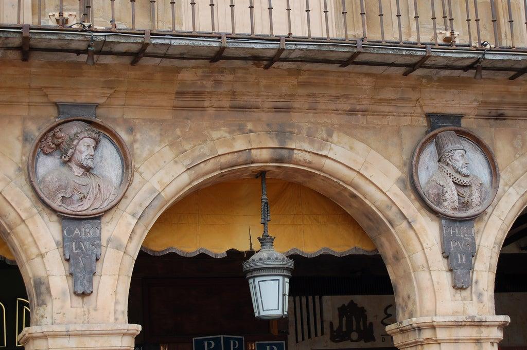 Arco y medallones de la Plaza Mayor de Salamanca