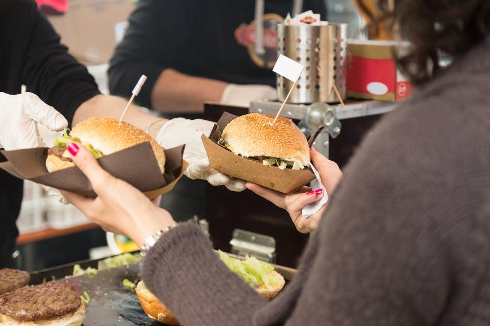 Mujer comprando hamburguesas