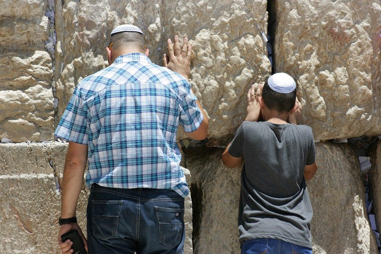 Fieles en el Muro de las Lamentaciones