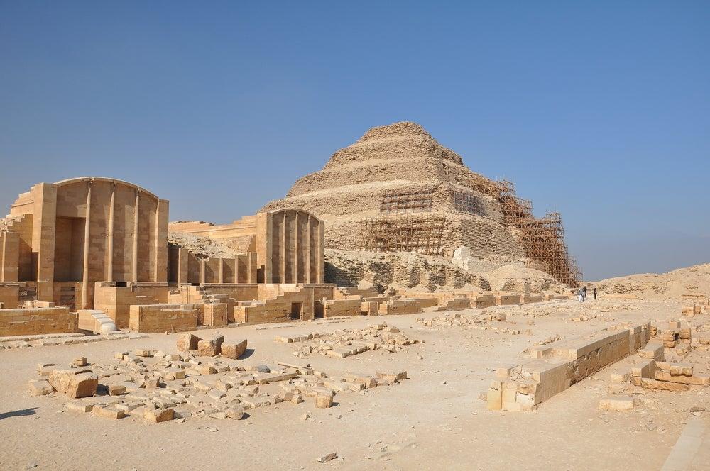Pirámide escalonada, una de las razones para viajar a El Cairo