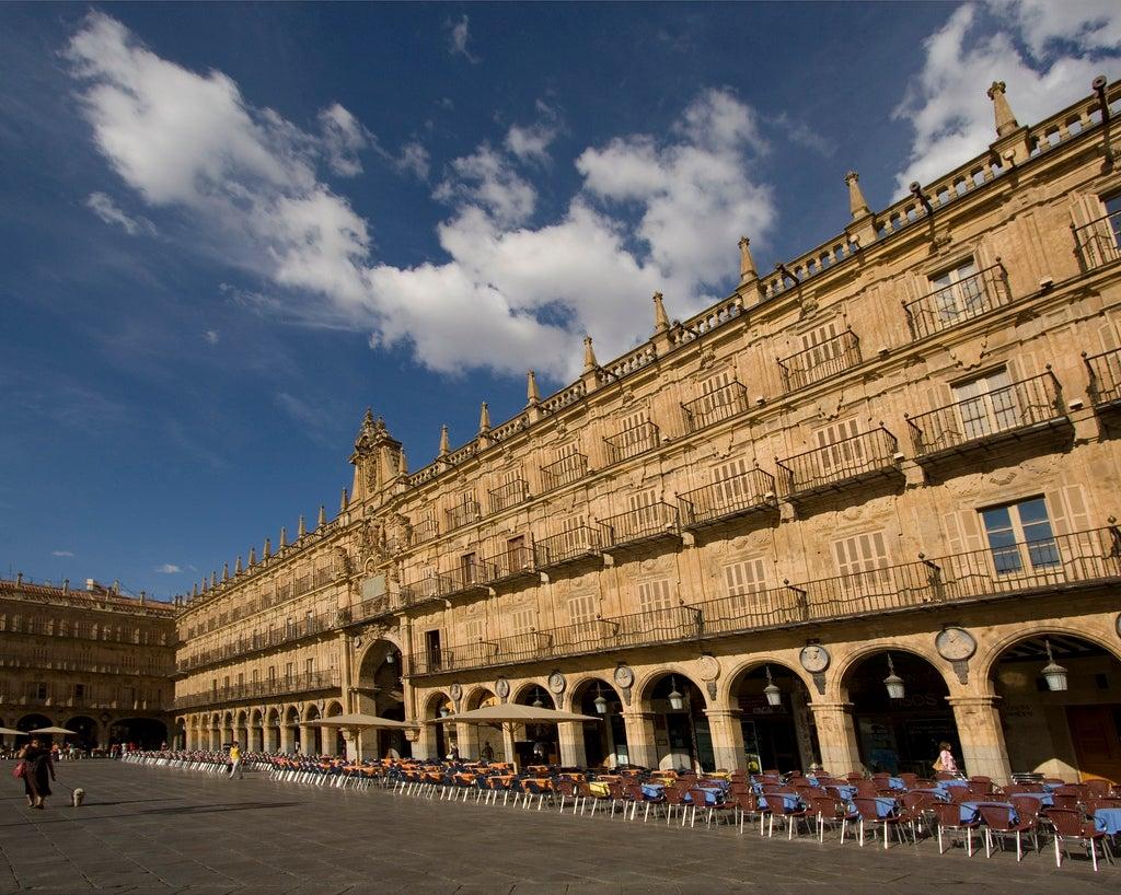 Gente de paseo por la Plaza Mayor de Salamanca