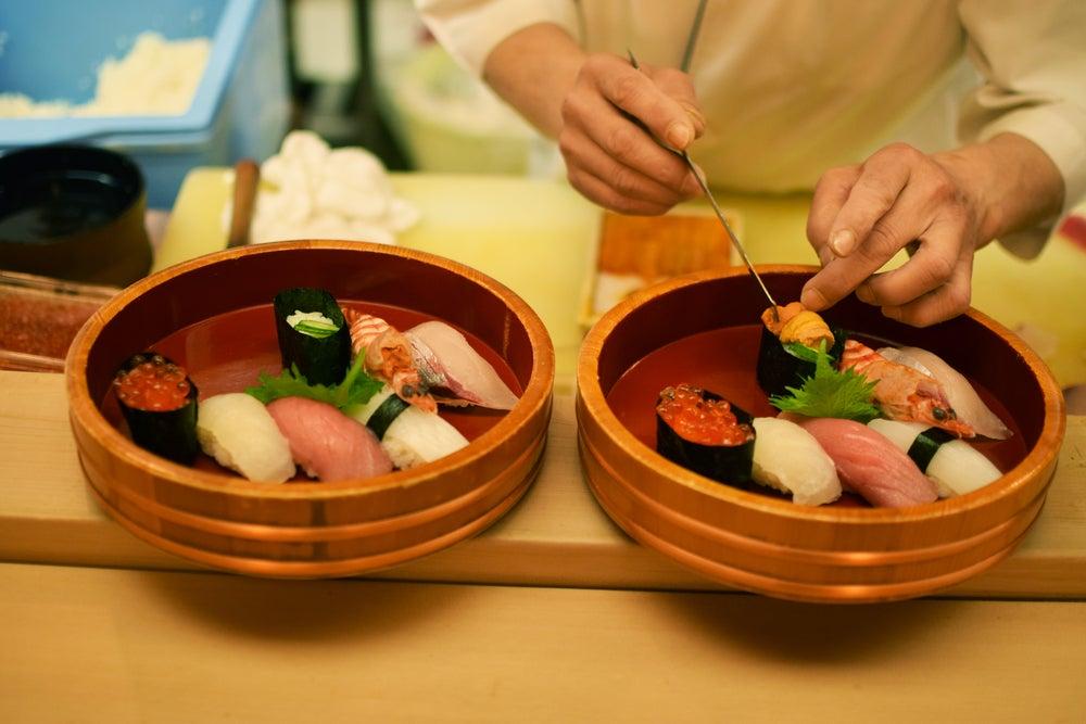 Hombre preparando Sushi
