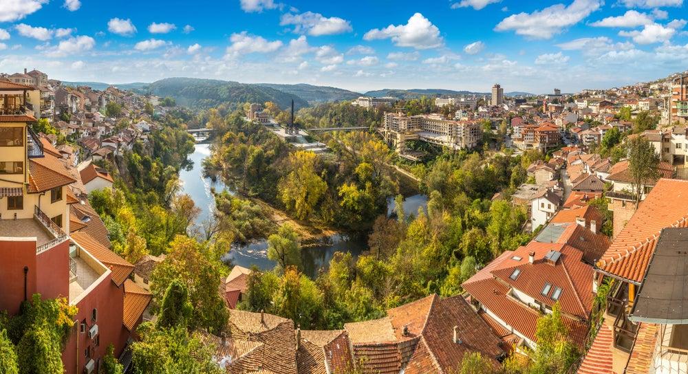 Veliko Tarnovo uno de los lugares que visitar al viajar a Bulgaria