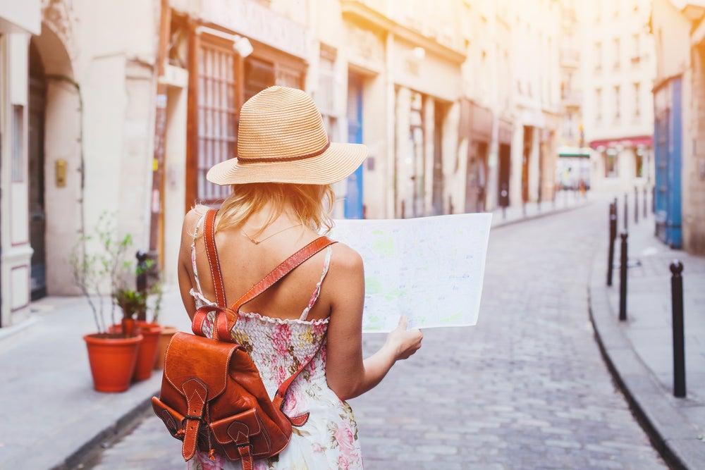 Viajera con un mapa