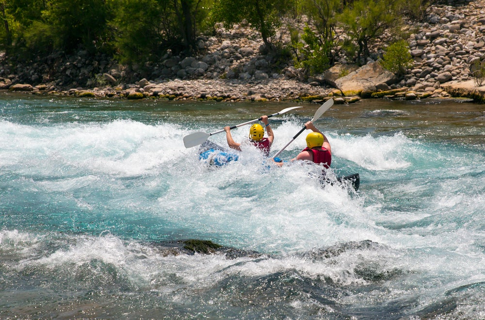 Viajeros haciendo rafting