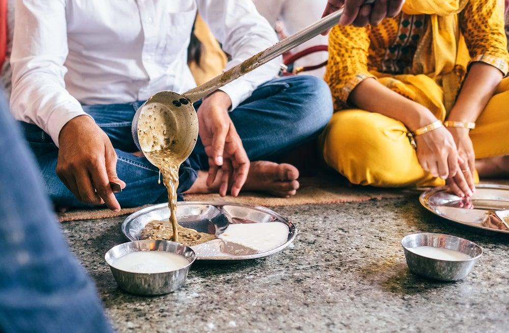 Servicio de comida en el Templo Dorado de la India