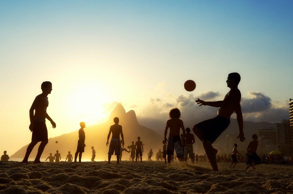 Jóvenes en la playa de Ipanema