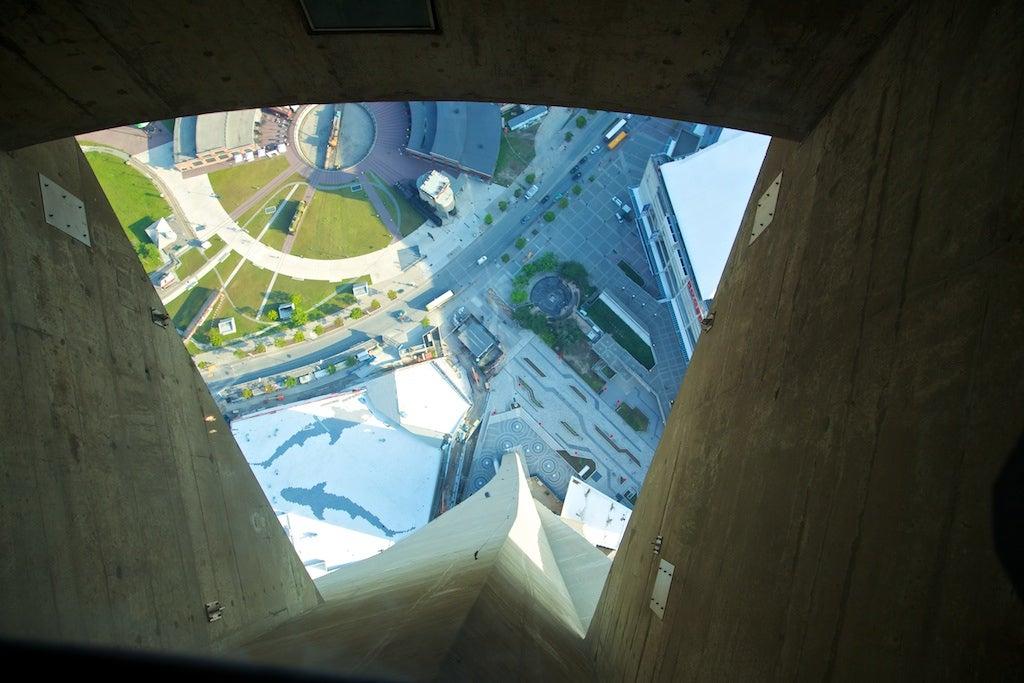 Vista desde la pasarela de cristal de la Torre CN