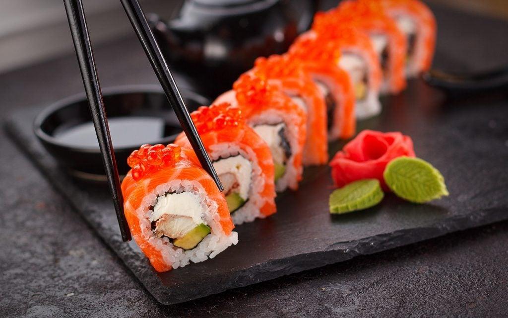 Sushi típico de la gastronomía de Asia Oriental