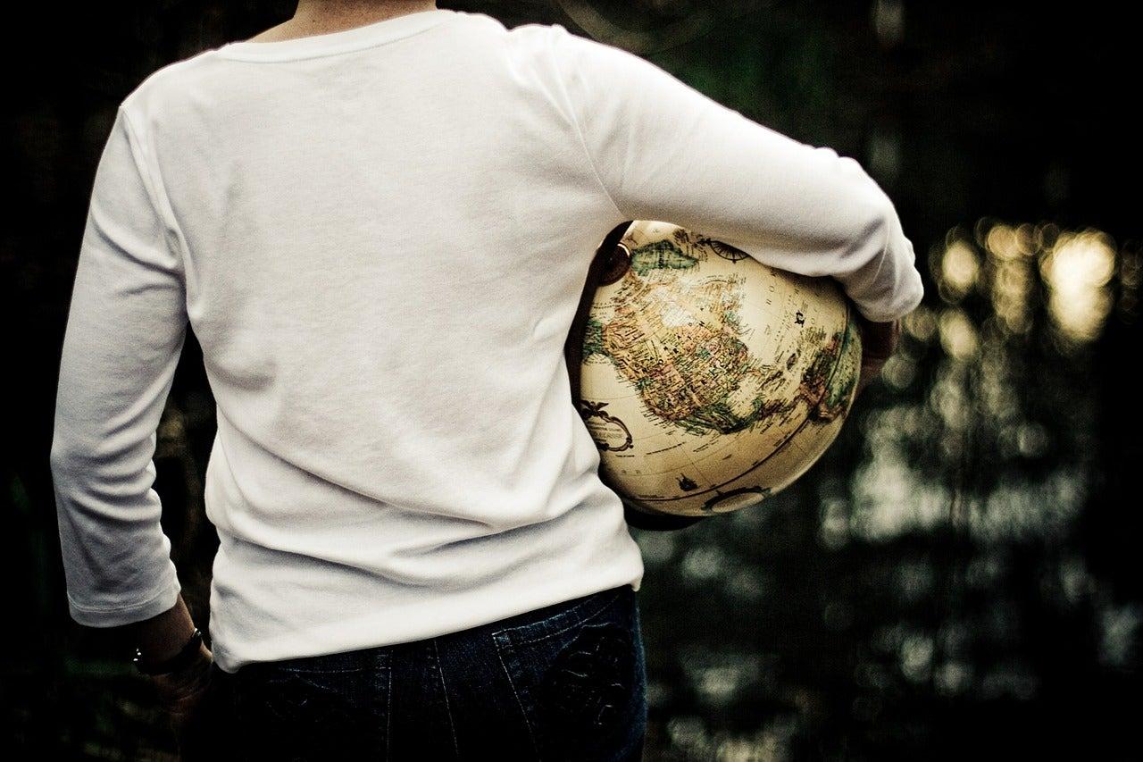 Viajero con una bola del mundo