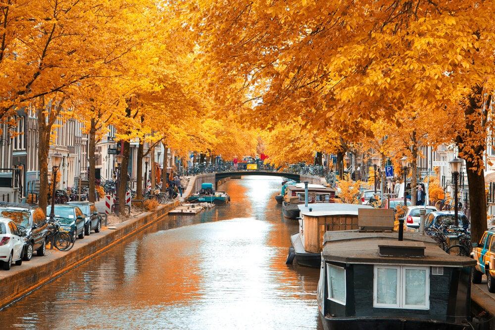 Canal de Ámsterdam en otoño