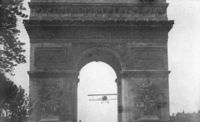 Avión pasando por debajo del Arco del Triunfo