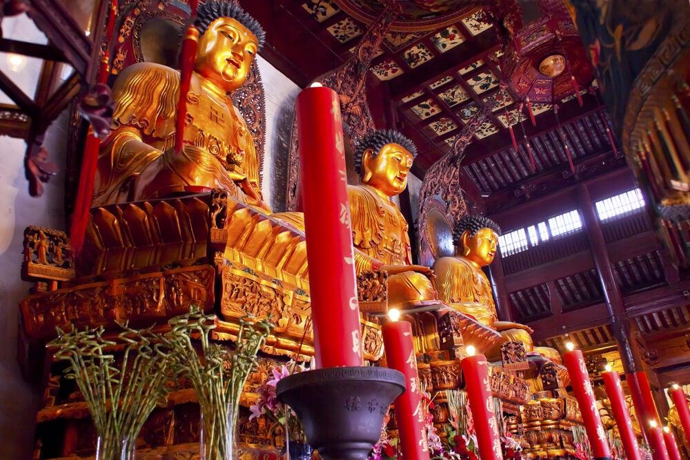 Budas en el interior del templo del Buda de Jade