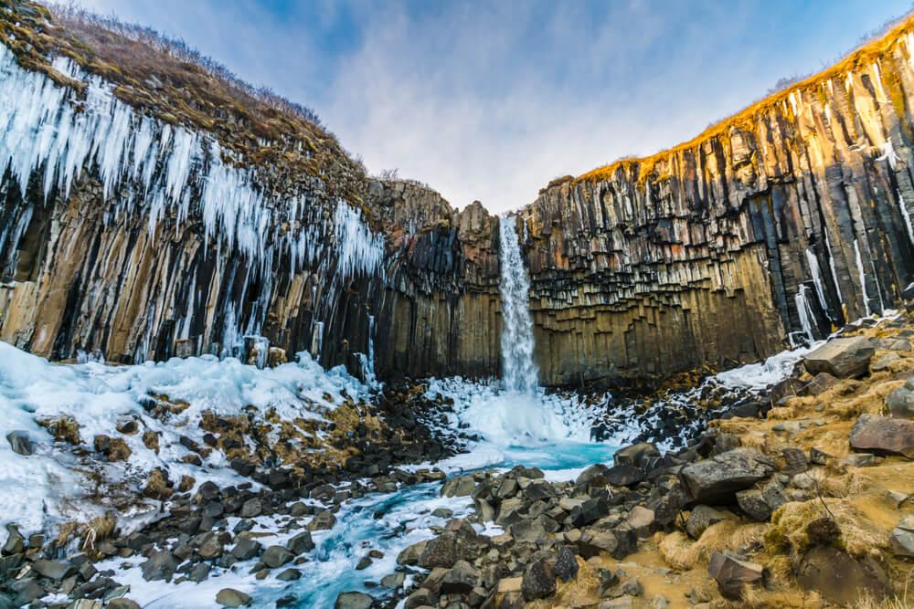 Cascada en el parque de Skartafell en Islandia