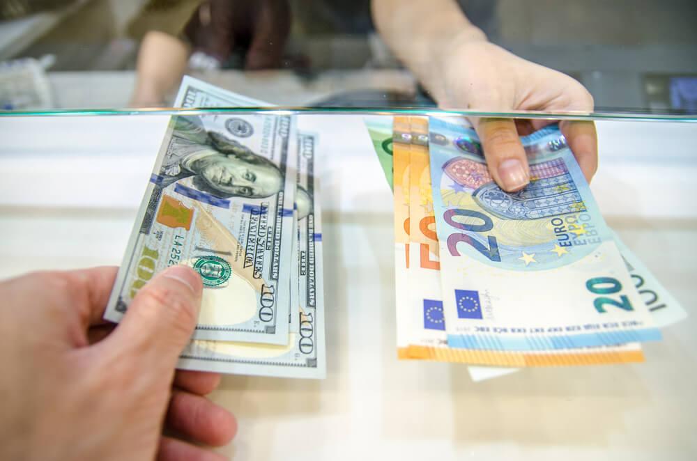 Mujer cambiando divisas
