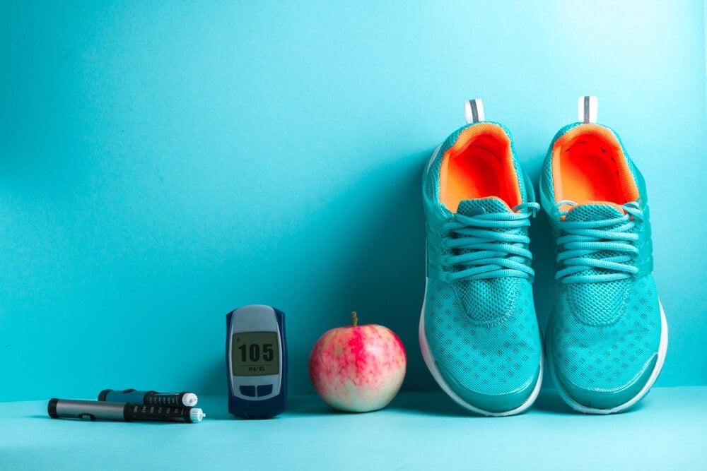 Concpto de diabetes con insulina, fruta y zapatillas