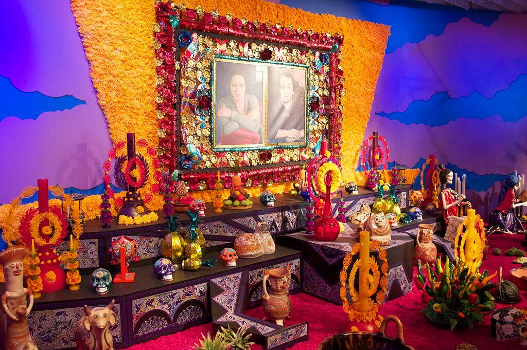 Altar en Oaxaca, una de las ciudades que se transforman en Halloween
