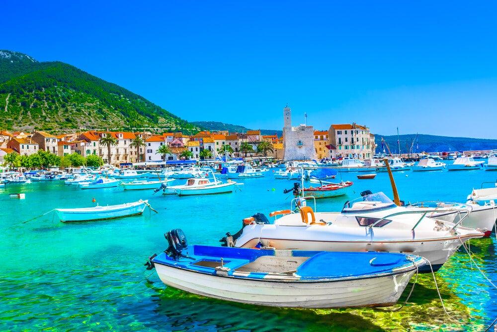 Vista de Komiza en Croacia