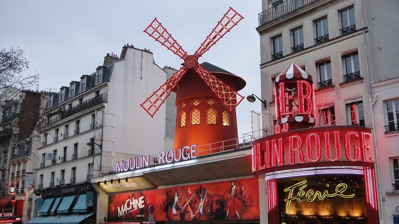 Moulin Rouge en el barrio de los molinos de París