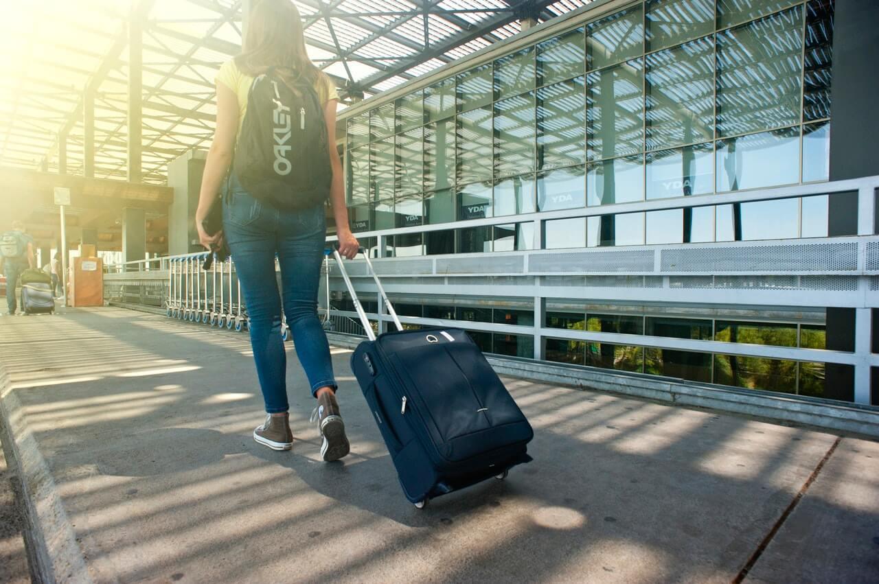 Mujer en el aeropuerto haciendo stopover