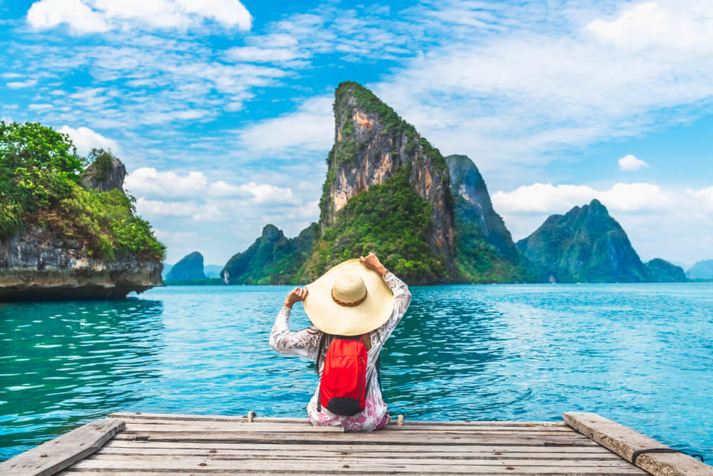 Viajera mirando un paisaje de Tailandia