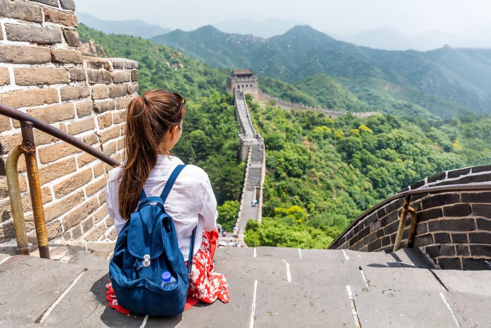 Ahorrar en un viaje, mujer en la Muralla China