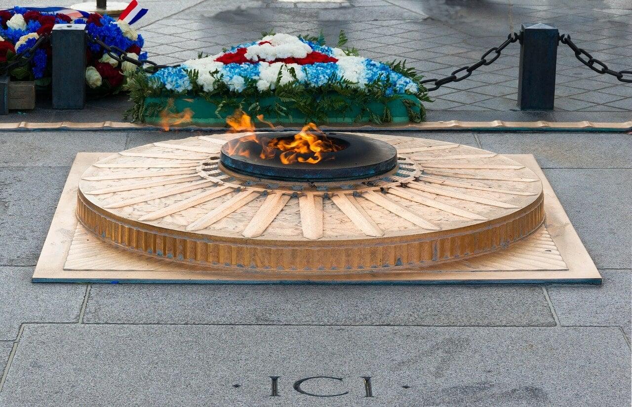 Tumba del soldado desconocido en el Arco del Triunfo en París