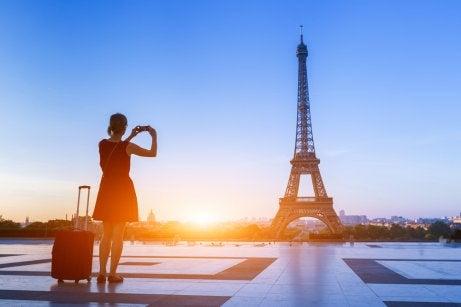 Mujer haciendo un viaje por el mundo en París