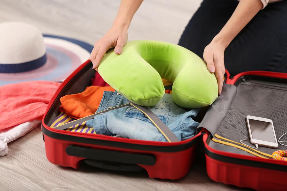 Mujer haciendo la maleta