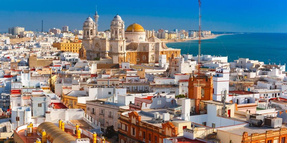 Pasea por la ciudad de Cádiz, la más antigua de Occidente