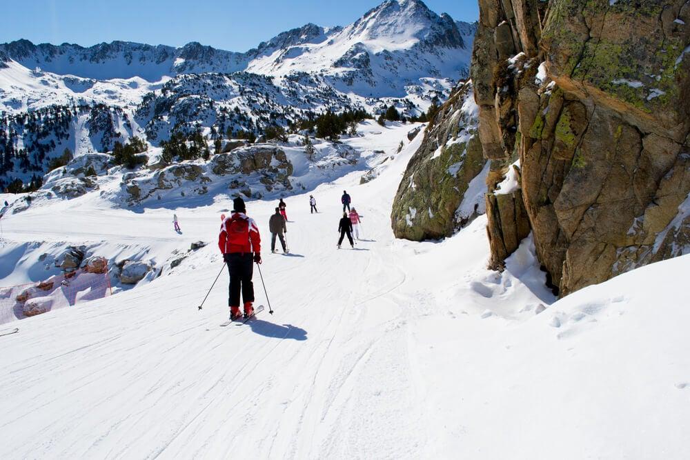 Deportistas practicando esquí en Andorra
