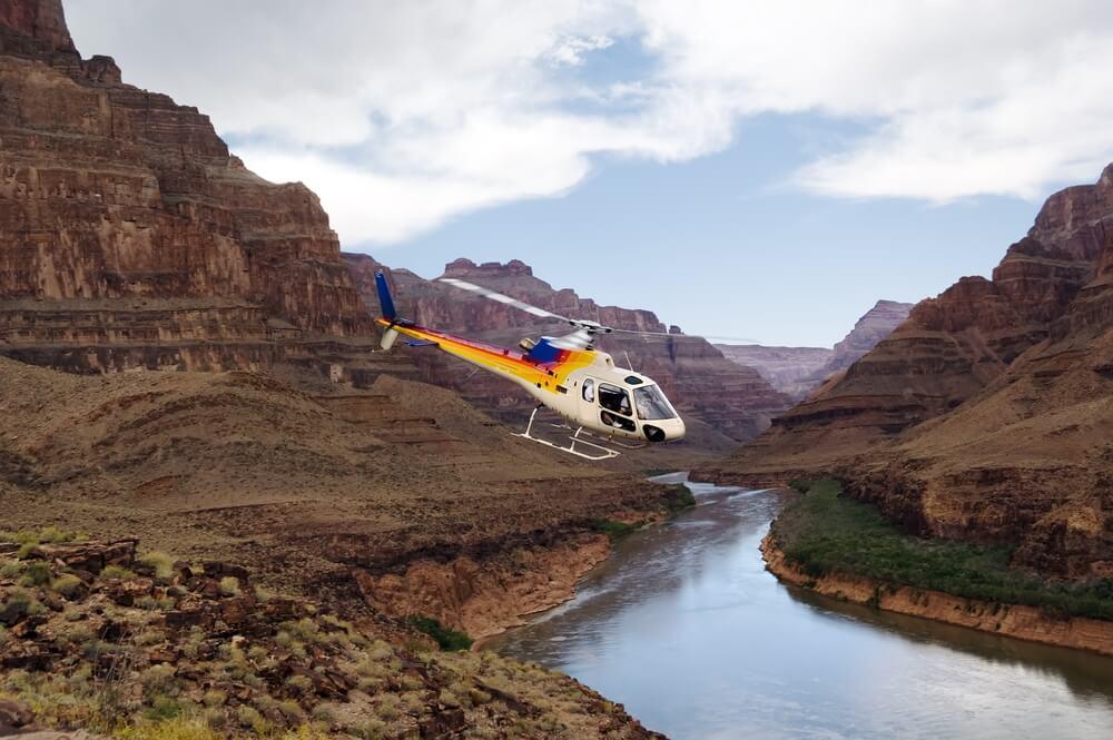 Helicóptero sobre el río Colorado