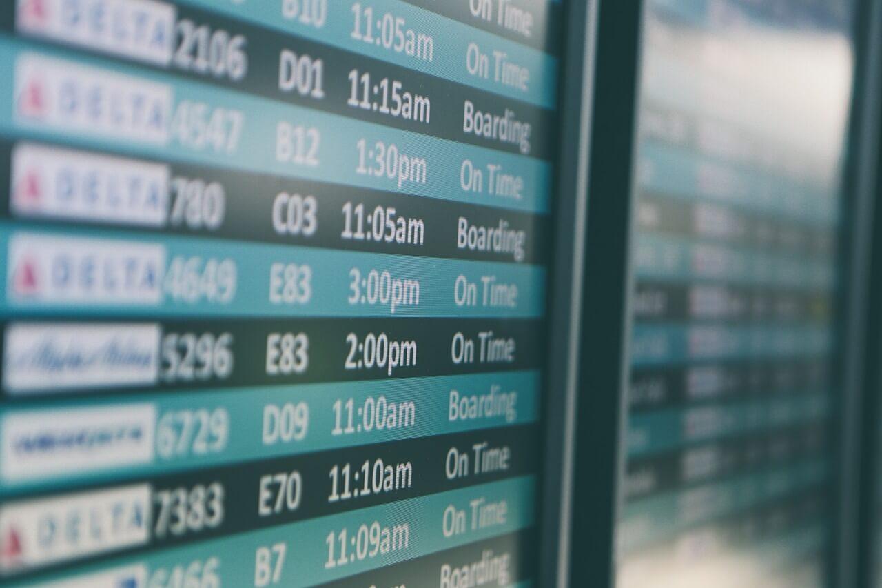 Panel informativo en un aeropuerto