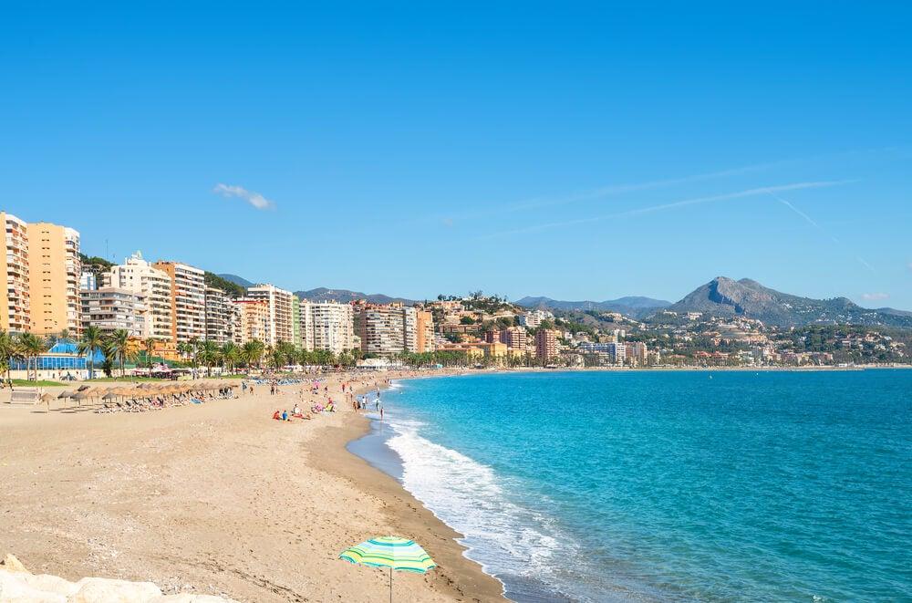 Playa de la Malagueta, uno de los lugares por los que Málaga fascina
