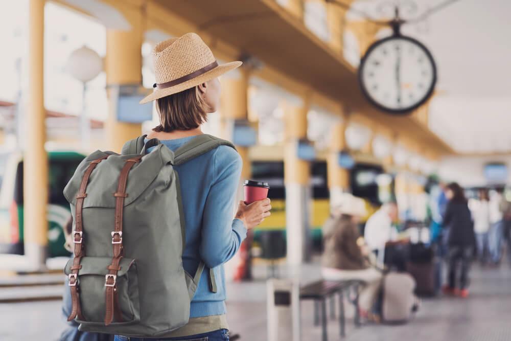 Mujer que viaja sola en el aeropuerto