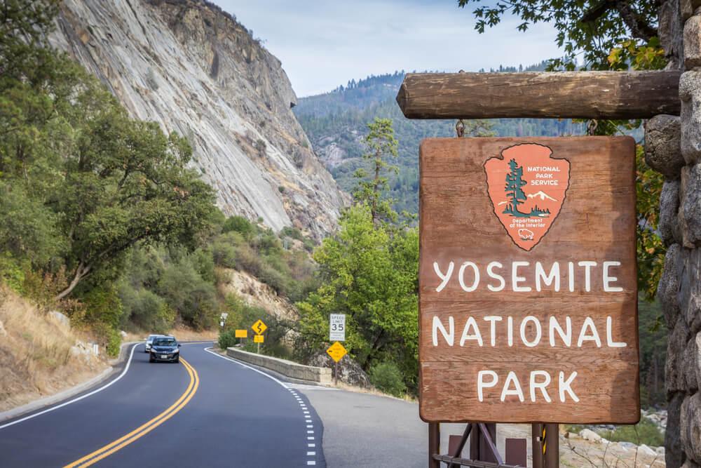 Coches en el Parque Nacional Yosemite