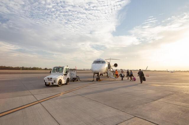 Pasajeros subiendo a un avión