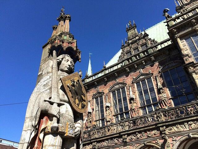 Fachada del ayuntamiento de Bremen y estatua de Rolando