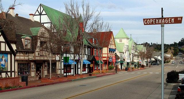 Calle de Solvang, un pueblo danés en Valle de Santa Ynez