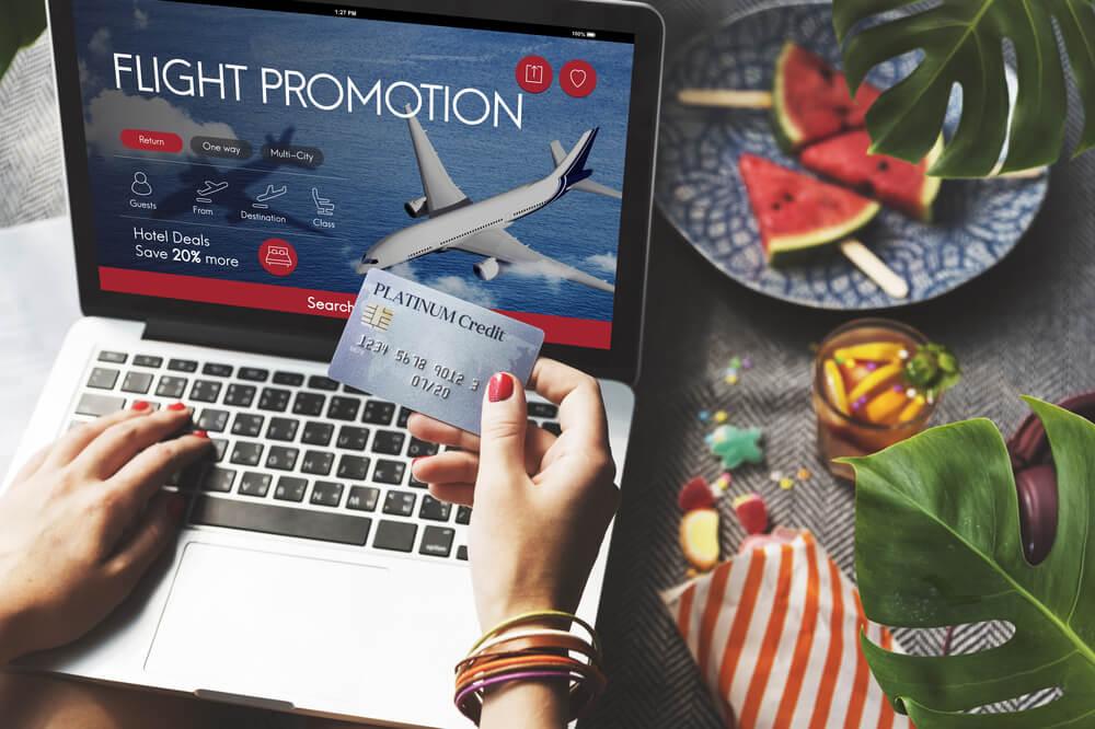 Mujer comprando un billete de avión
