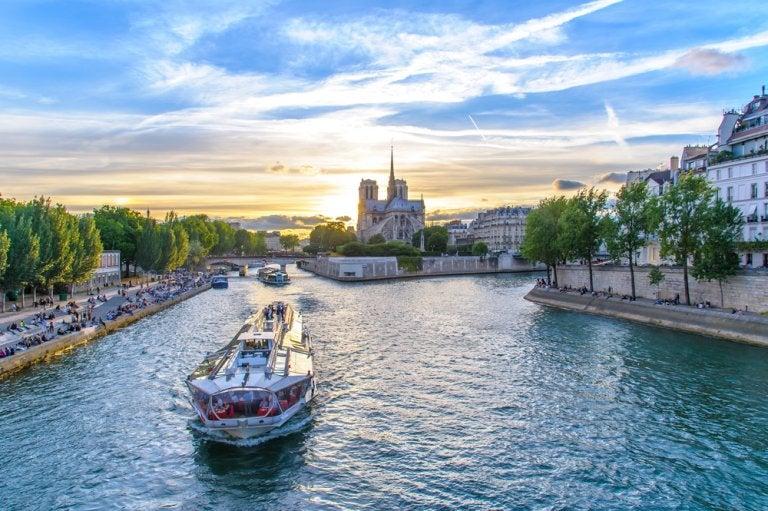 Vive la experiencia de un crucero por el río Sena en París