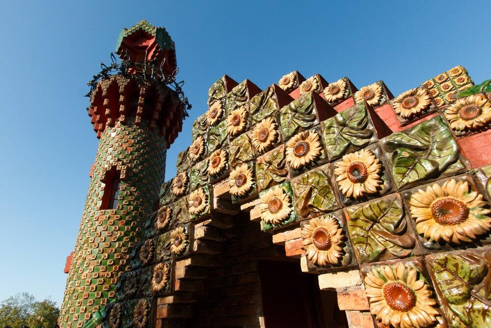 Detalle de la decoración exterior de El Capricho