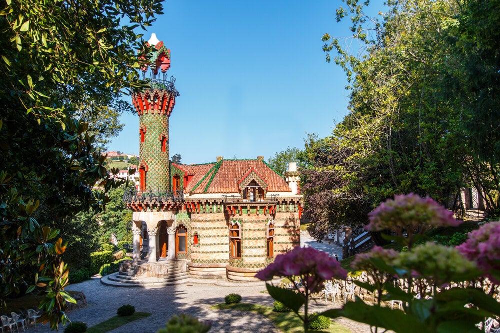 El curioso edificio modernista de El Capricho de Gaudí
